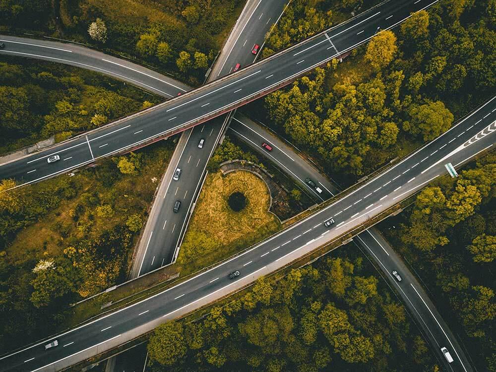 imagem de rodovias com luzes velozes de carros